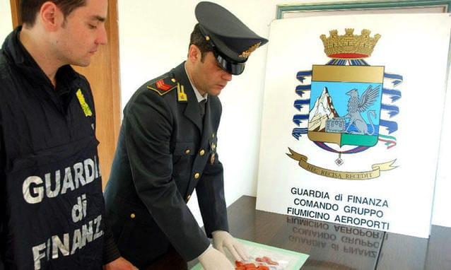 Fiumicino, Guardia di Finanza sequestra 55kg di cocaina in aeroporto compiendo 17 arresti