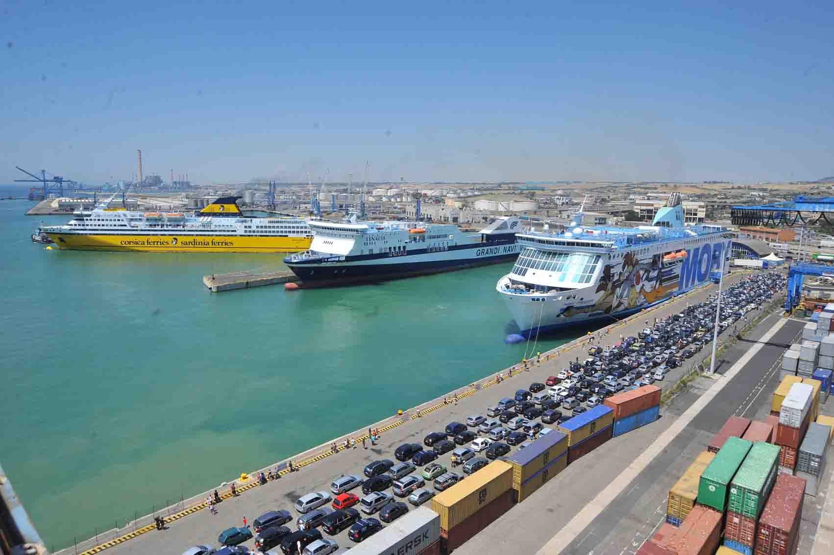 Fumi in porto a civitavecchia mentitto roma cruise - Port of civitavecchia cruise terminal ...