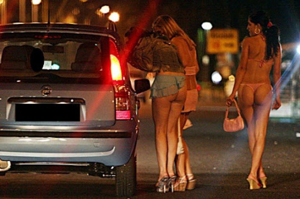 Bracciano, prostituta sale a bordo di un furgone di Città Metropolitana: un impiegato denunciato