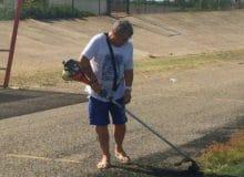 l presidente Sergio Presutti al lavoro venerdì per togliere l'erba dal Fattori