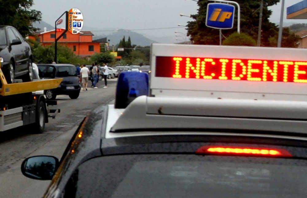 Incidente a Ladispoli: auto finisce contro un muretto