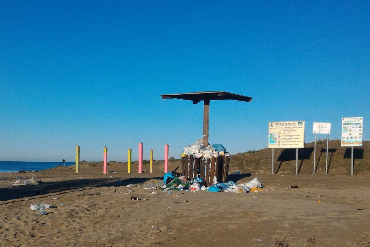 """Passoscuro R-esiste denuncia: """"Discarica in spiaggia all'ingresso della Riserva del Litorale"""""""