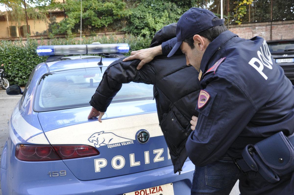 Civitavecchia, inveisce contro la madre poi si scaglia sugli agenti: arrestato 29enne