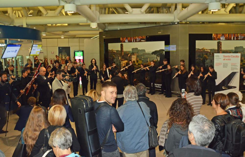 Aeroporto di Fiumicino, la Juniorchestra di Santa Cecilia incanta i turisti