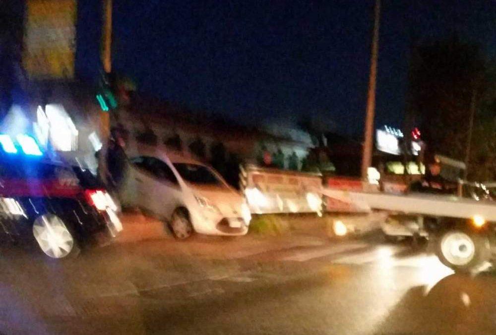 Bracciano, parcheggia male l'auto e blocca il semaforo