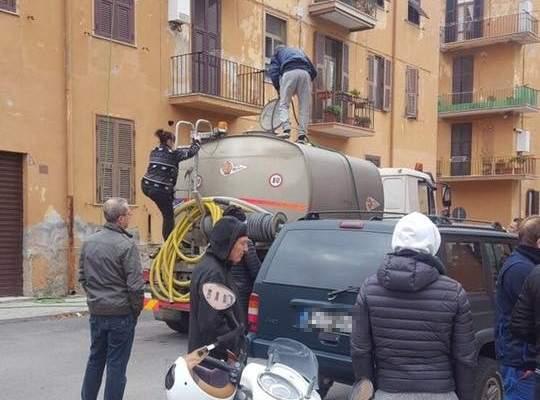 Civitavecchia, niente acqua a piazzale Torraca: scoppia la rivolta