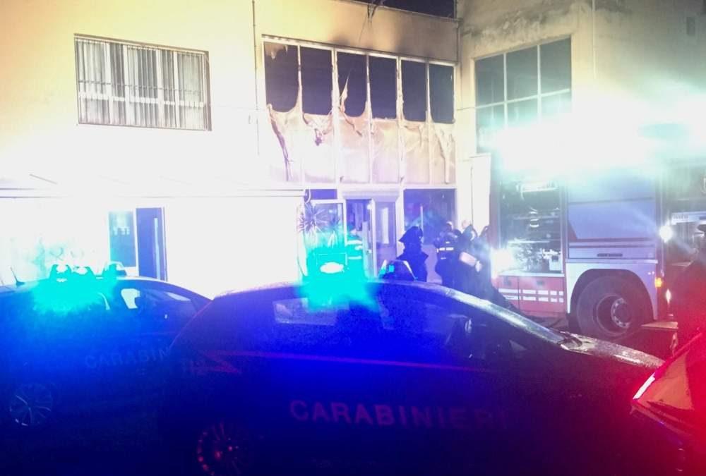 Falò con le cattedre: incendio alla scuola elementare del Camalatta di Civitavecchia