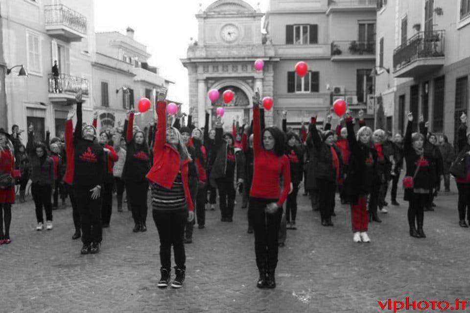 Un successo il flash mob contro la violenza sulle donne. Guarda il video.