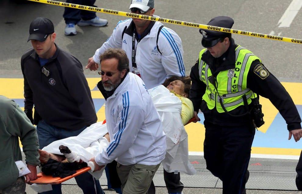 I primi soccorsi subito dopo le esplosioni alla maratona di Boston