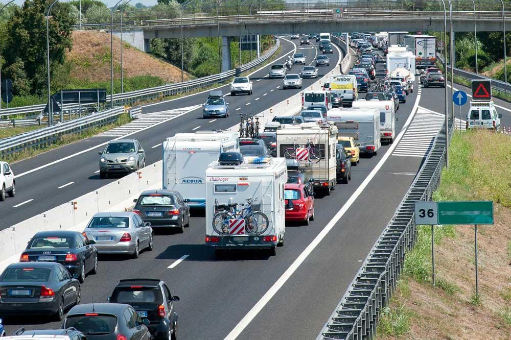 Incidente sulla A12: rimorchio finisce in mezzo alla corsia