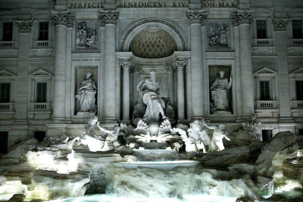 Fa il bagno nella fontana di trevi turista fermato e multato terzo binario news - Bagno nella fontana di trevi ...
