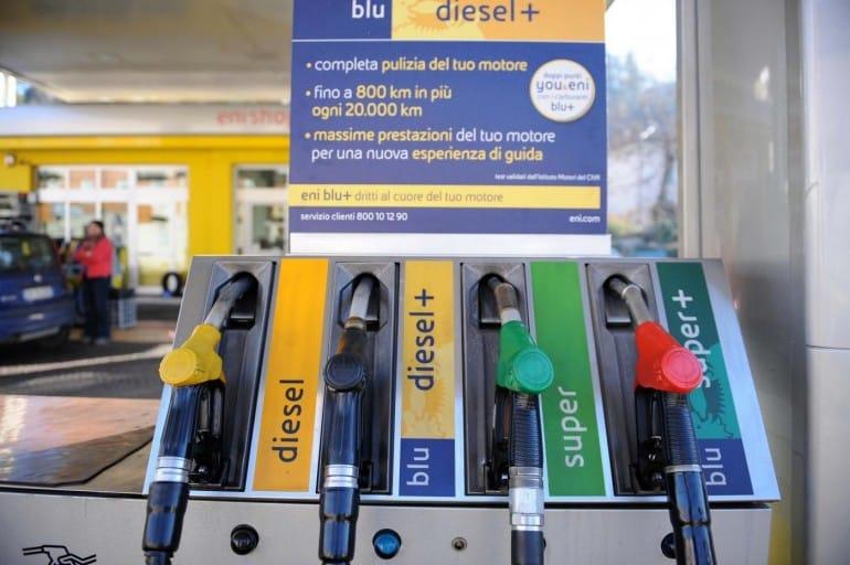Aumenti carburante: ora la benzina costa di più