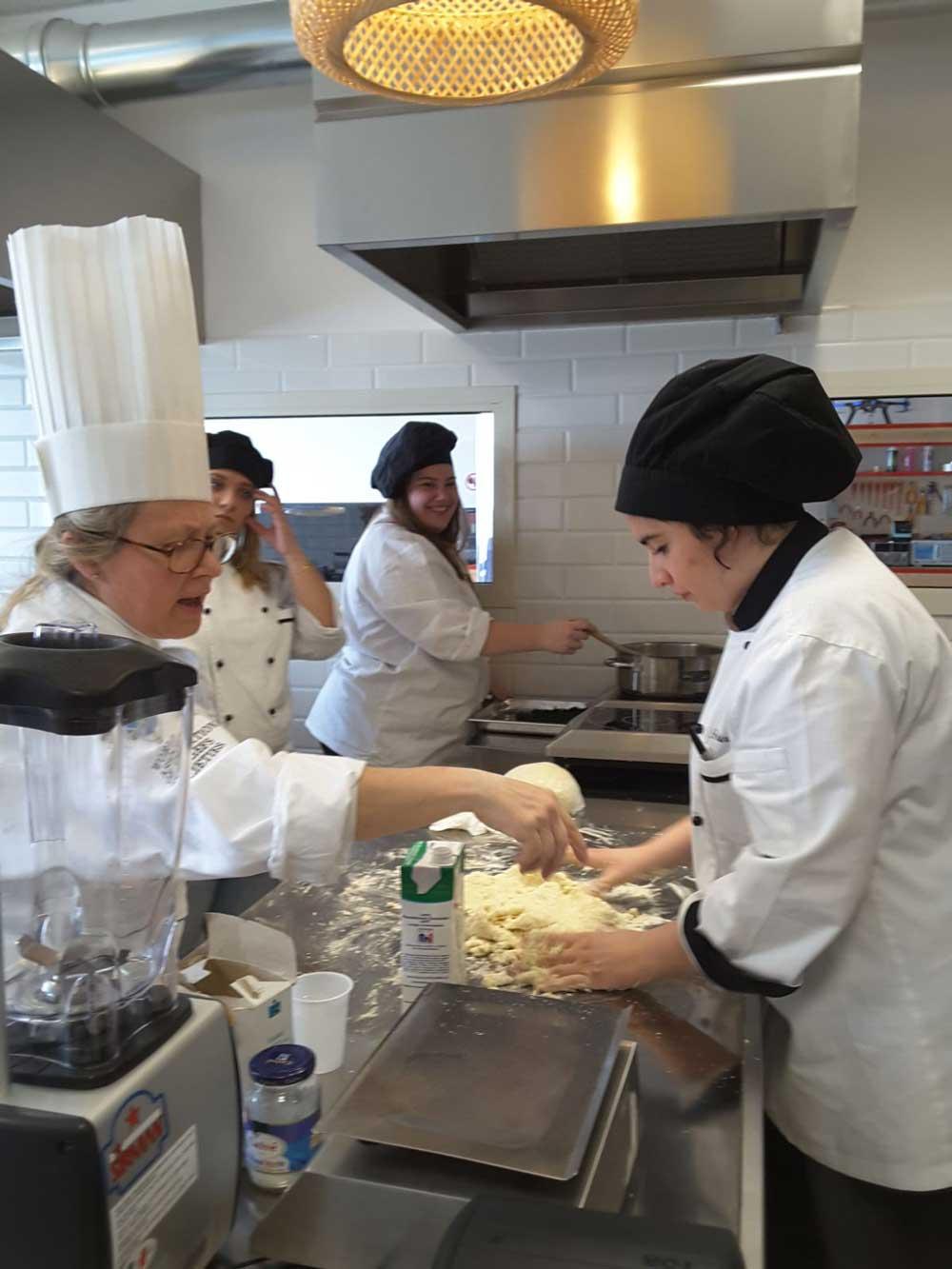 """Alberghiero Ladispoli: """"La cucina è donna"""""""