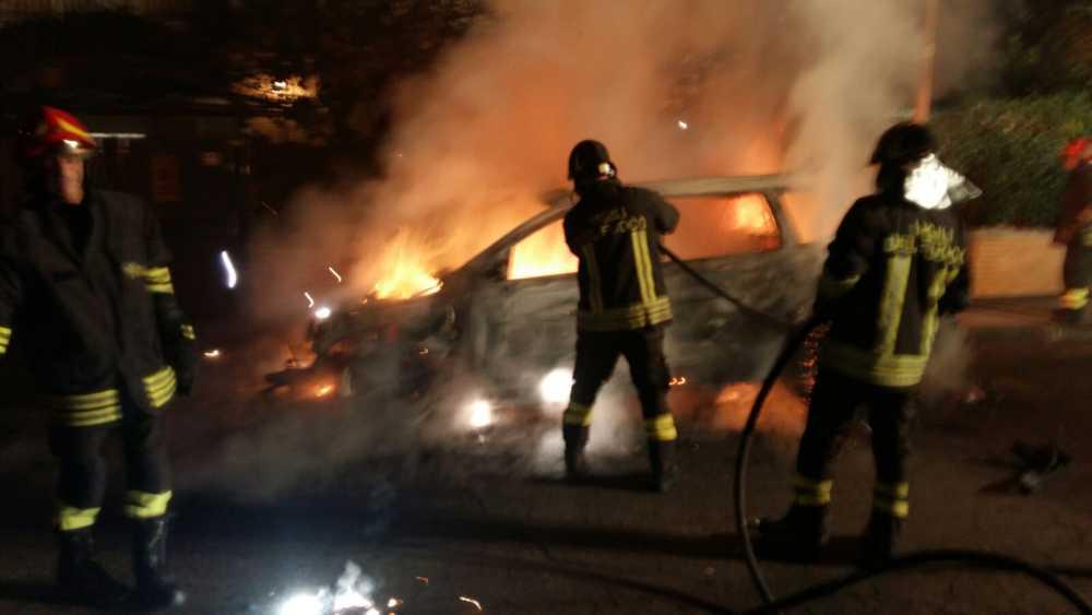 Auto in fiamme in piazza Matteotti a Ladispoli