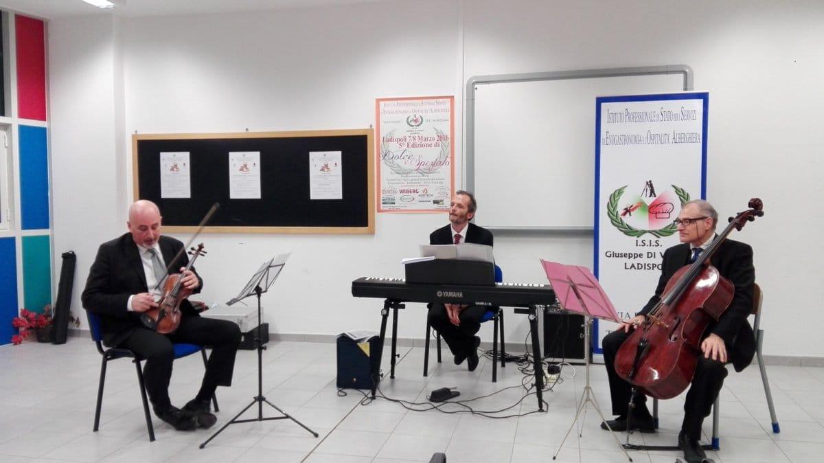 Istituto alberghiero di Ladispoli: emozione per la lezione concerto dell'orchestra Renzo Rossellini