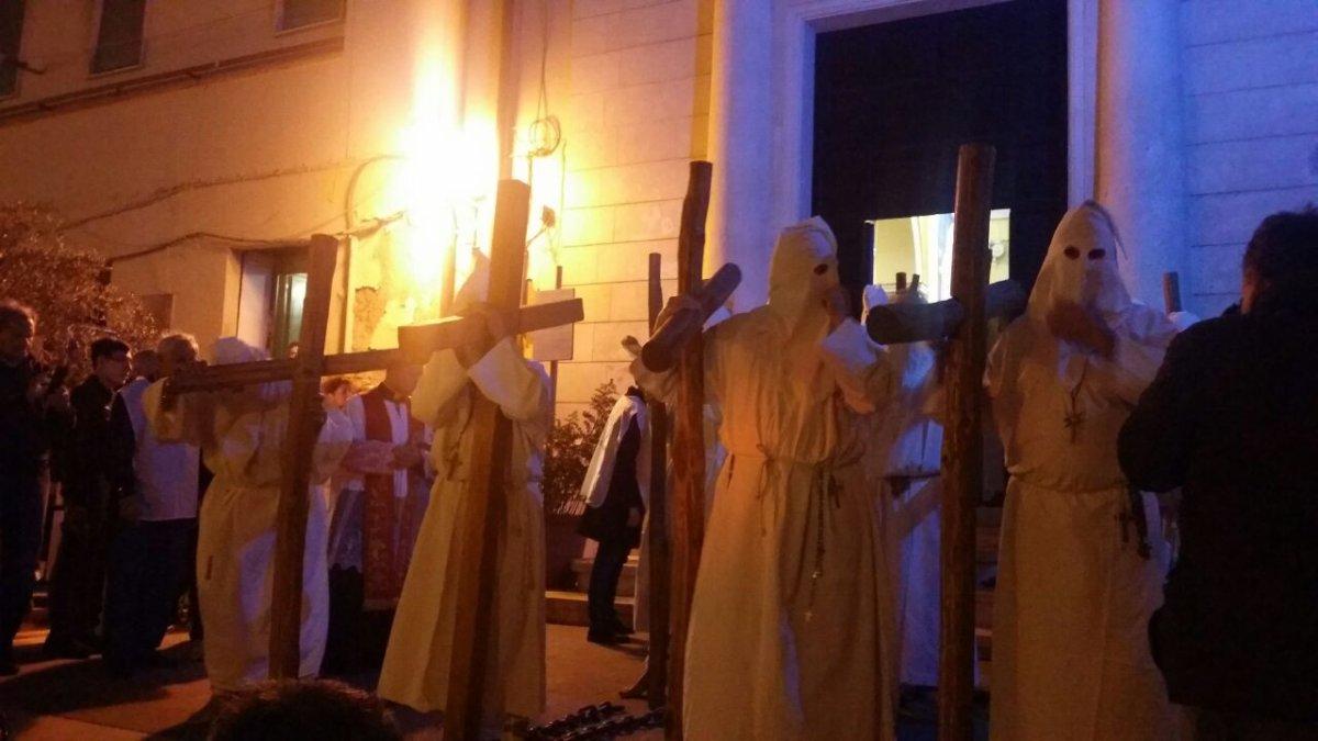Civitavecchia, sta per partire la Processione: 220 circa i penitenti incatenati