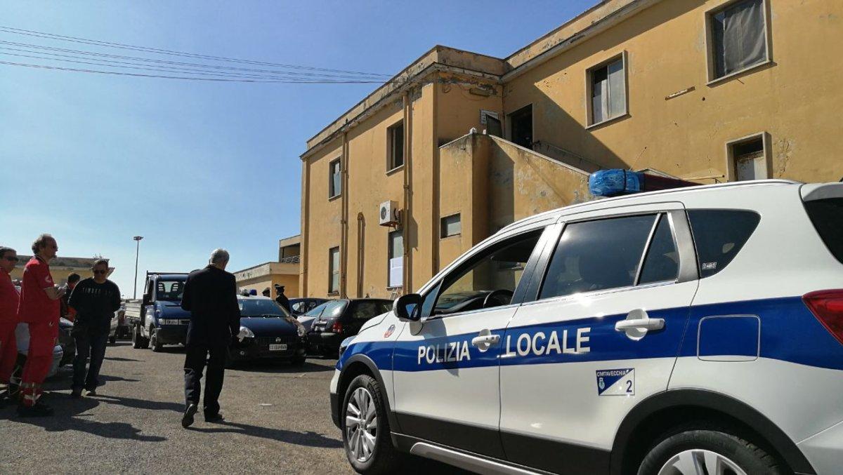 Civitavecchia, la Polizia locale sgombera dei senza tetto in piazza della Vita