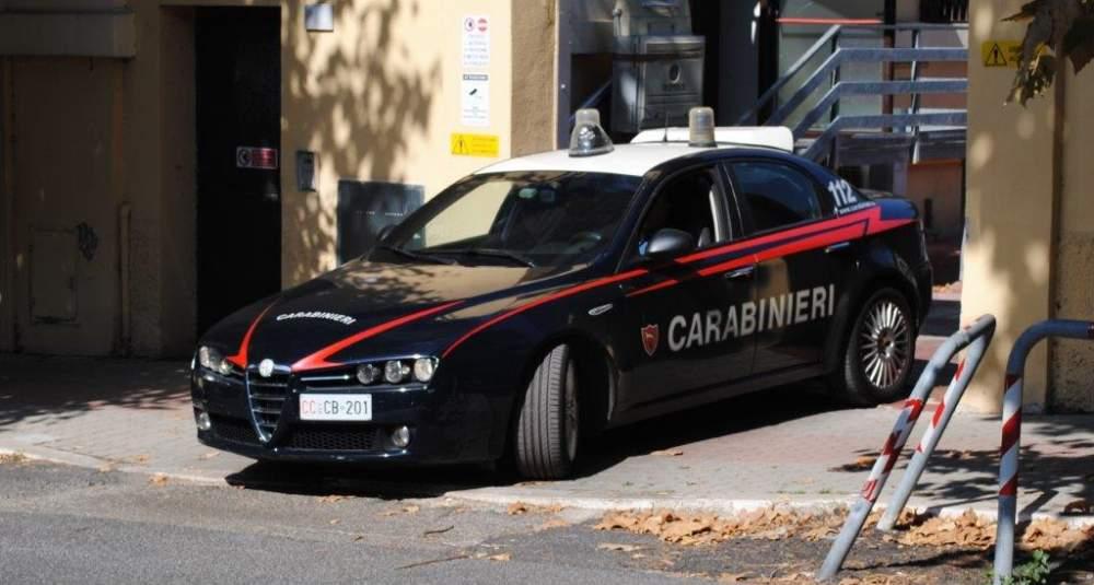 Semina il panico a bordo dell'auto rubata, arrestato