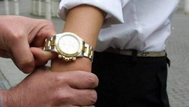 Ladispoli, gli sfilano l'orologio e scappano: furto in pieno centro