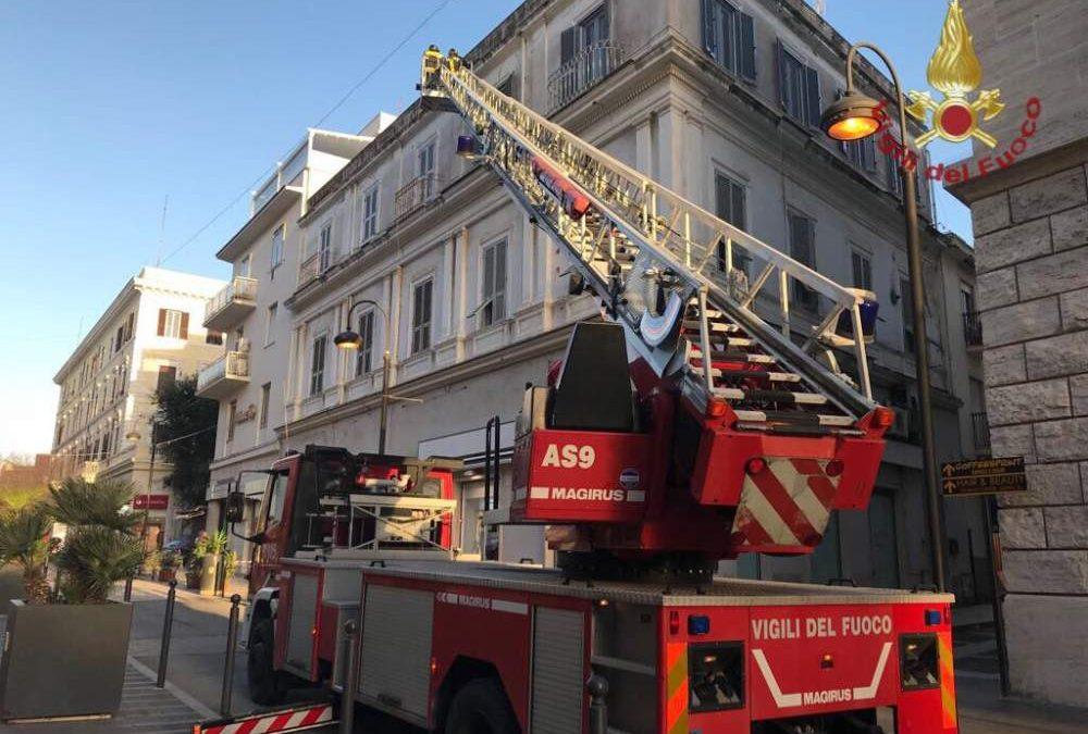 Fiamme sul balcone, intervento dei vigili del fuoco a Civitavecchia