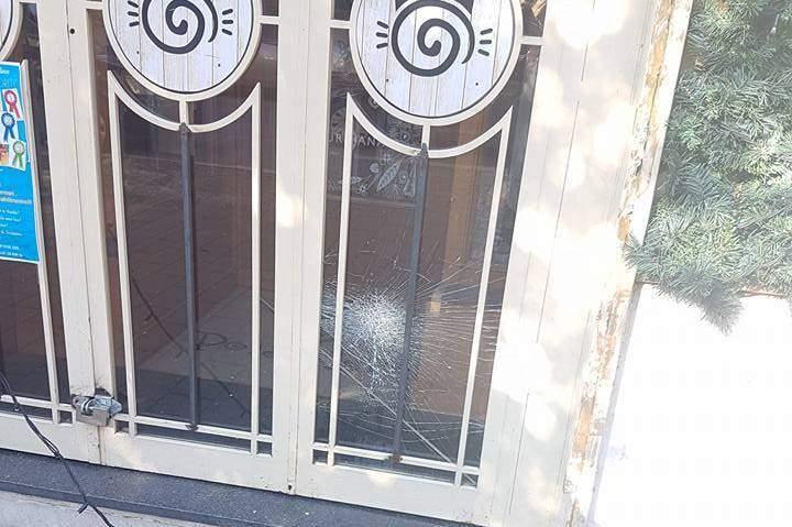 Ladispoli, vandali in azione in pieno centro distruggono vetrina