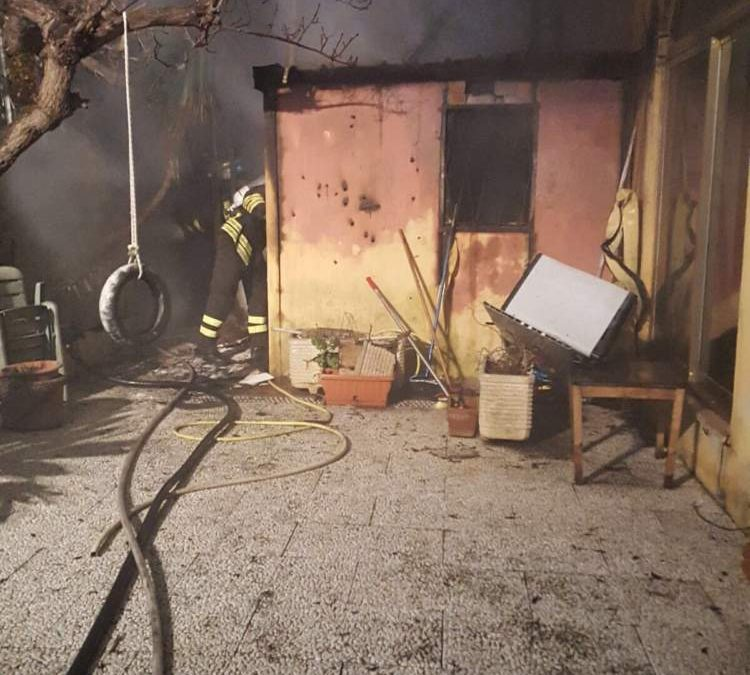Incendio a Santa Marinella: pompieri spengono fiamme all'interno di un box