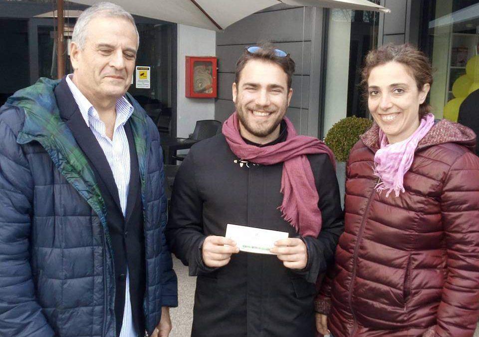 """""""Manziana si rinnova"""" consegna un assegno al ragazzo che subì il furto di pecore"""