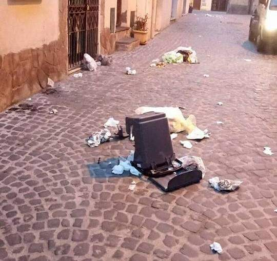 Cerveteri: vandalizzati i mastelli, rifiuti sparsi in strada