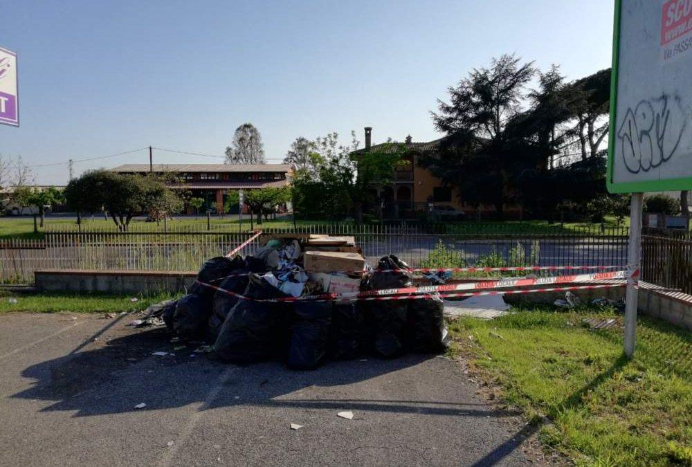 Fiumicino, cittadini segnalano abbandono rifiuti: multe di 600 euro per i trasgressori