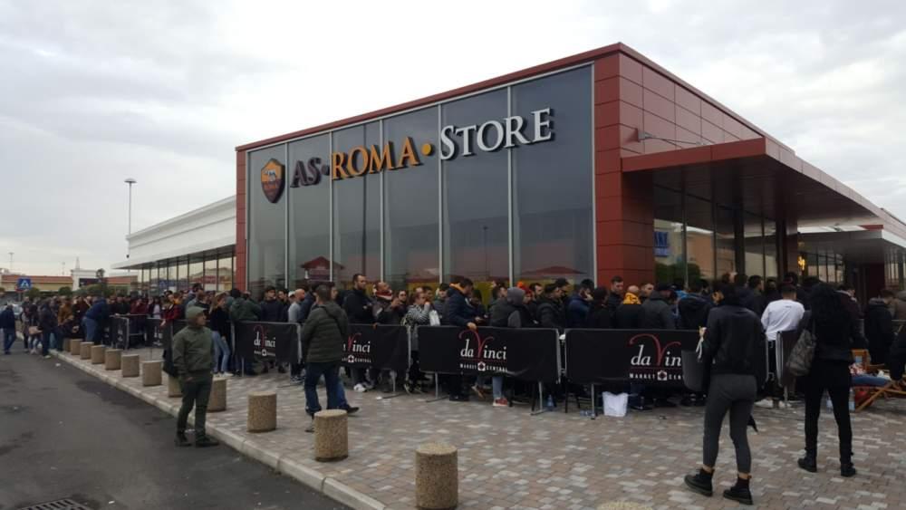 Champions League, Al Parco Da Vinci i tifosi in coda da ieri notte davanti allo Store della AS Roma