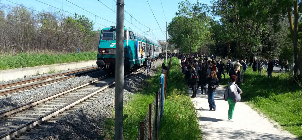 FL5, treno in panne: passeggeri costretti a scendere lungo la massicciata