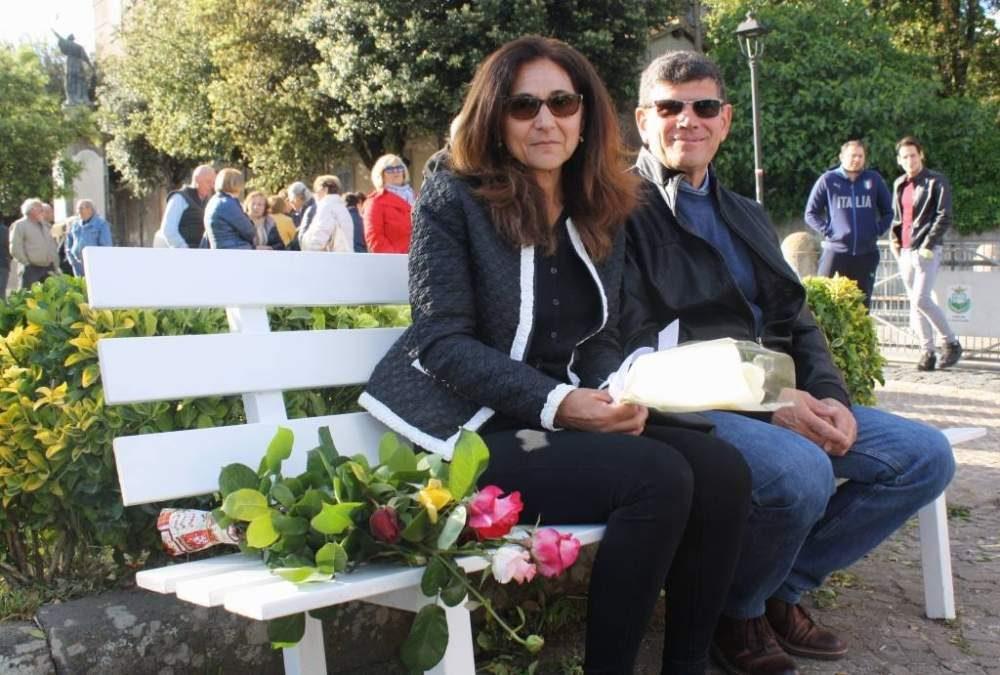 Manziana con Marco Vannini: una panchina bianca in piazza Tittoni