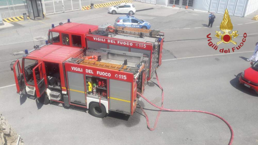 Civitavecchia, in fiamme un locale presso il porto