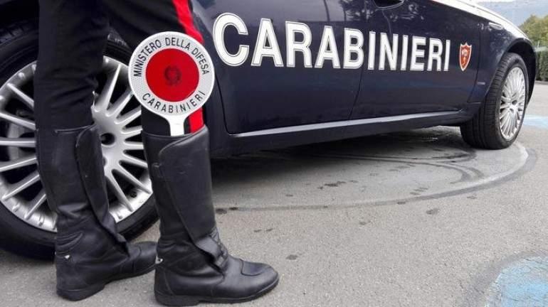 Ruba i soldi al distributore: fermata dai carabinieri di Manziana