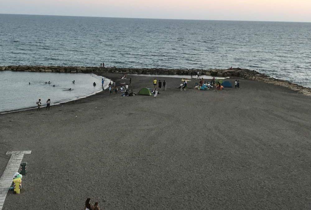 Ladispoli, tende e rumore in spiaggia: la lamentela dei cittadini