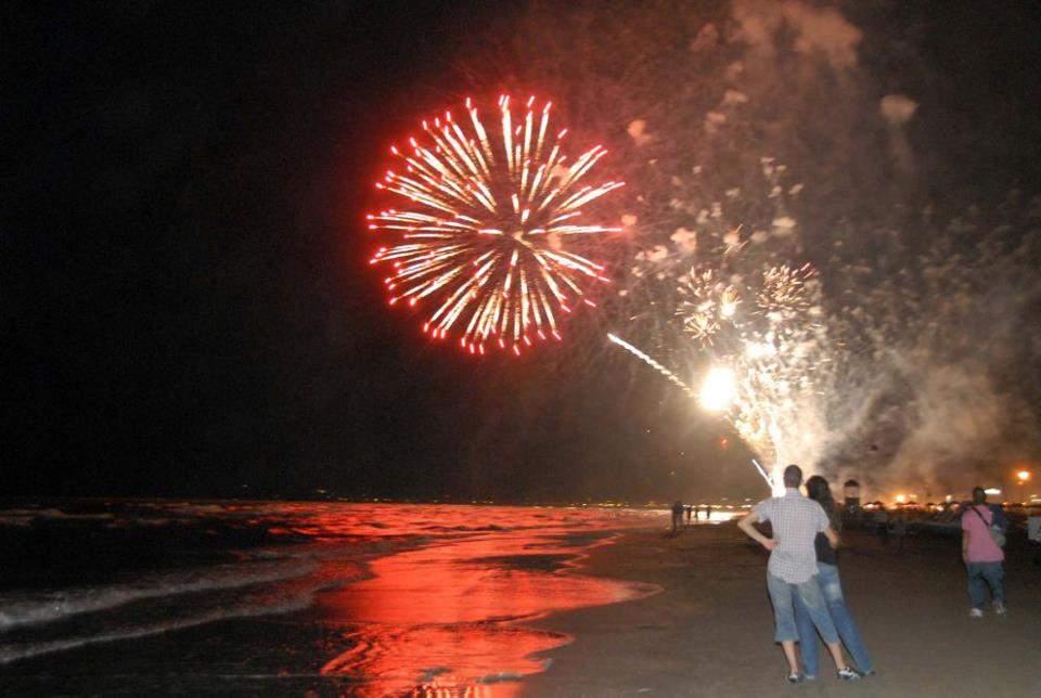 Tarquinia, al Lido i fuochi d'artificio di Ferragosto