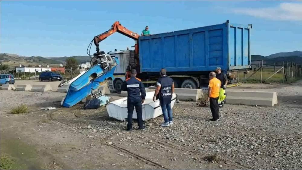 Finanza e Guardia Costiera liberano gli arenili del Litorale dalle barche abbandonate