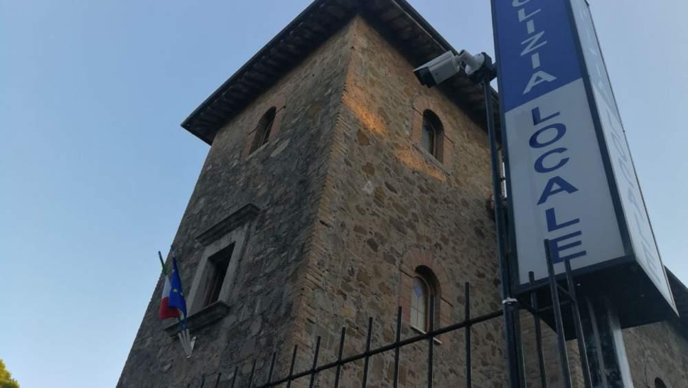 Santa Marinella, urta un'auto in sosta e scappa: preso dalla Polizia Locale