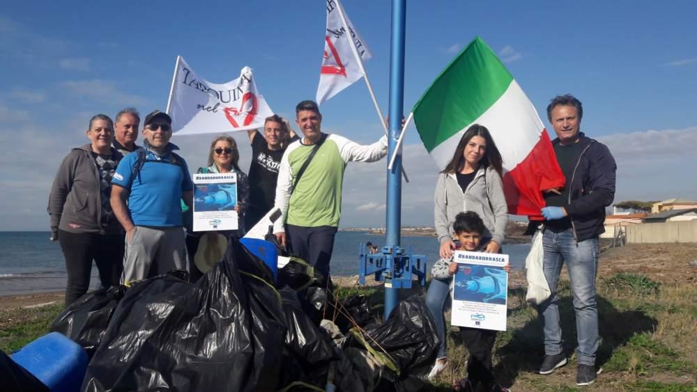 Tarquinia nel Cuore pulisce le Saline: siringhe fra i rifiuti