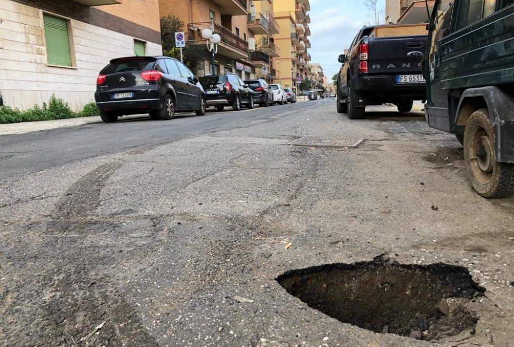 Si apre cratere in via Duca degli Abruzzi a Ladispoli