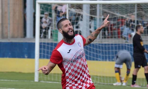 Lasciatemi segnare, sono Italiano..  L'attaccante dell' Aranova è capocannoniere del girone A