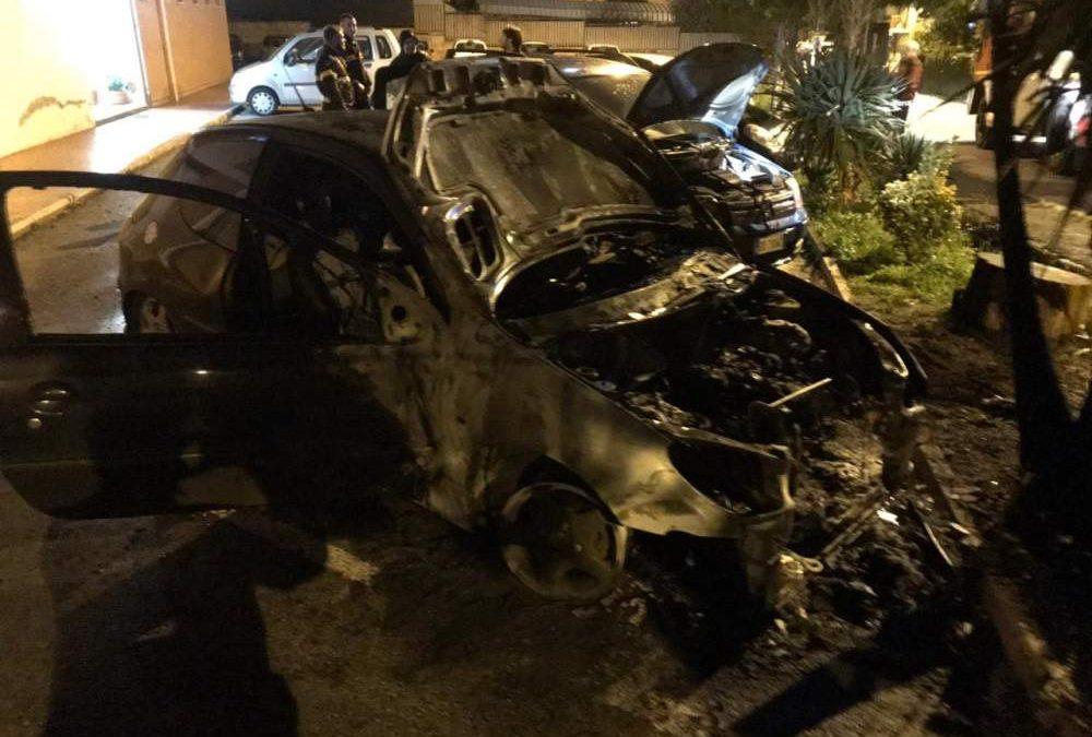 Auto in fiamme a Civitavecchia