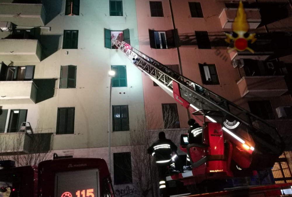 Donna ha malore in casa: vigili del fuoco intervengono con la gru per soccorrerla