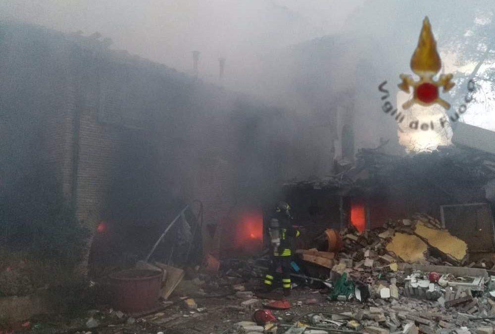 Esplosione in villetta di due piani in via Erode Attico