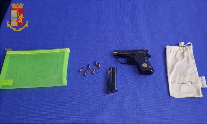 'Pistolera' in trasferta, va al Tempio dei Mormoni con una Beretta calibro 22: denunciata