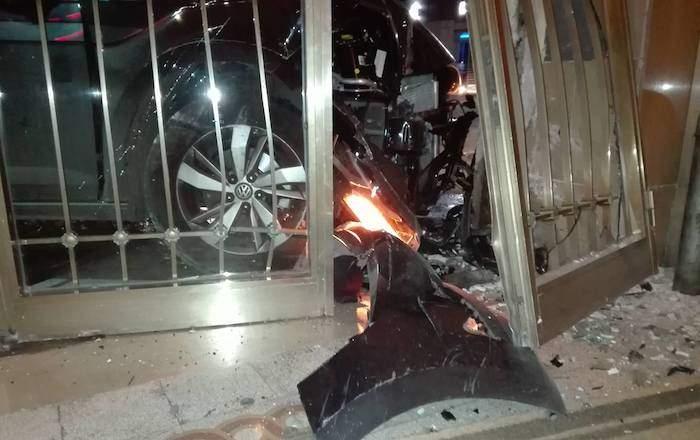 Paura a Montesacro: auto sfonda portone di un palazzo