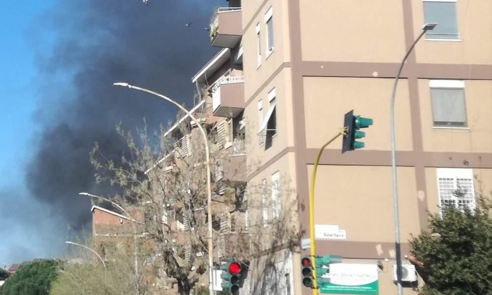 Lucio Sestio, incendio in uno sgabuzzino: palazzina evacuata