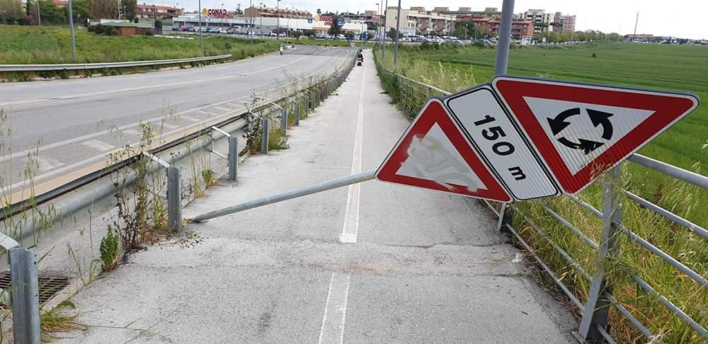 Vandali in azione a Ladispoli si accaniscono su segnali stradali