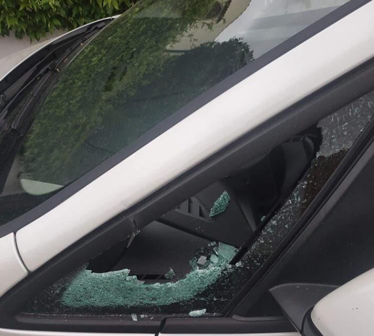Auto svaligiata a Cerveteri: finestrino rotto e rubato persino il logo della vettura a Cerenova