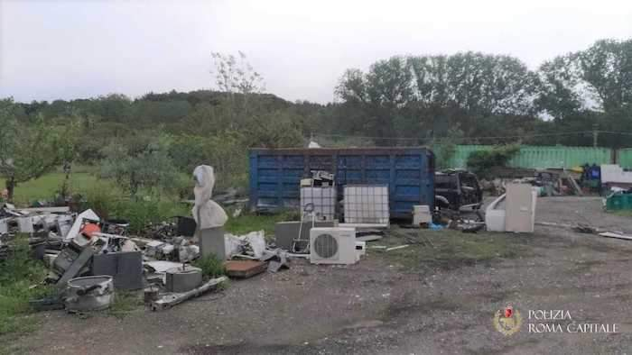 Casal Selce: tre denunciati per gestione illecita dei rifiuti, area sequestrata